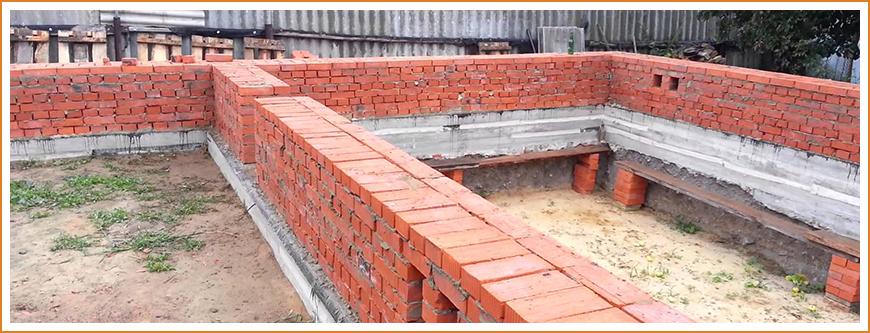Строительство кирпичного или бетонного цоколя