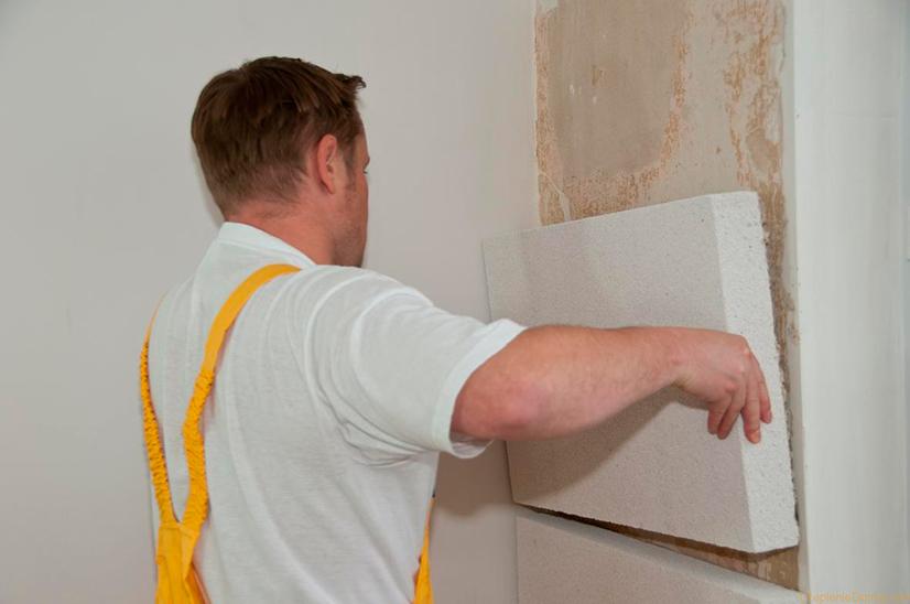 Только подобным образом можно решить проблемы, касающиеся появления сырости в доме и теплопотерь. Однако, если есть объективные причины, можно выполнить и теплоизоляцию стен изнутри.