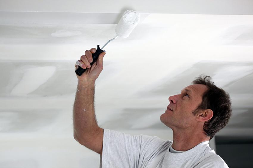 Как покрасить потолок водоэмульсионной краской без разводов?