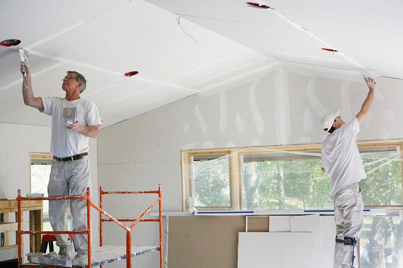 Обшиваем стены внутри дома