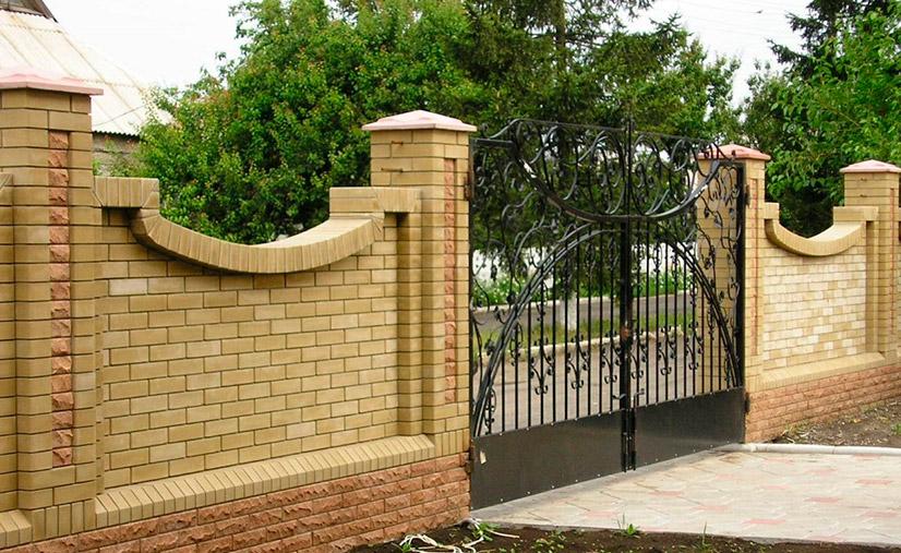 Фундамент под кирпичный забор: виды и процесс возведения